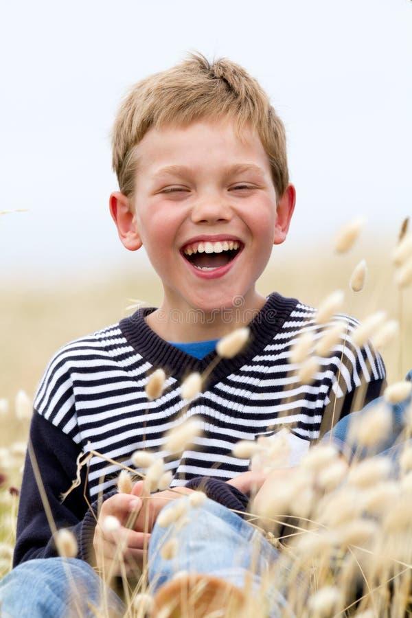 Enfant blond riant en nature photos libres de droits