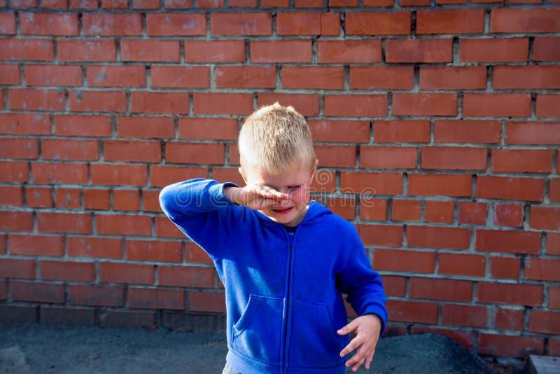 Enfant bouleversé pleurant photo libre de droits