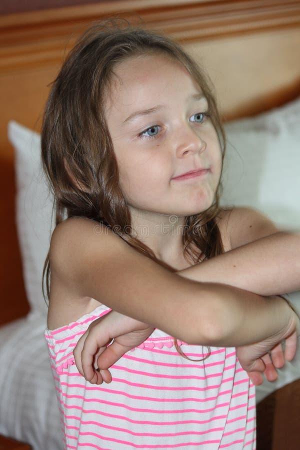 Enfant-bras de fille croisés photographie stock