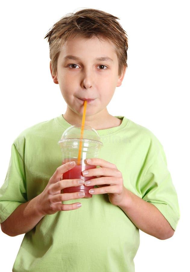 Enfant buvant d'un jus image libre de droits