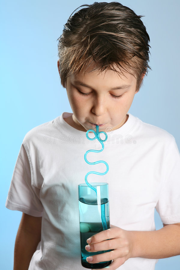 Enfant buvant par une paille images libres de droits