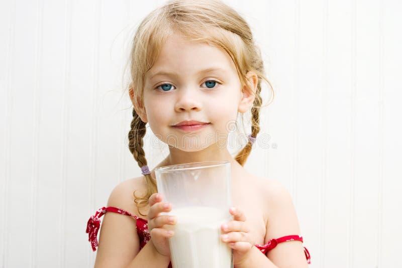 Enfant buvant une glace de lait photos stock
