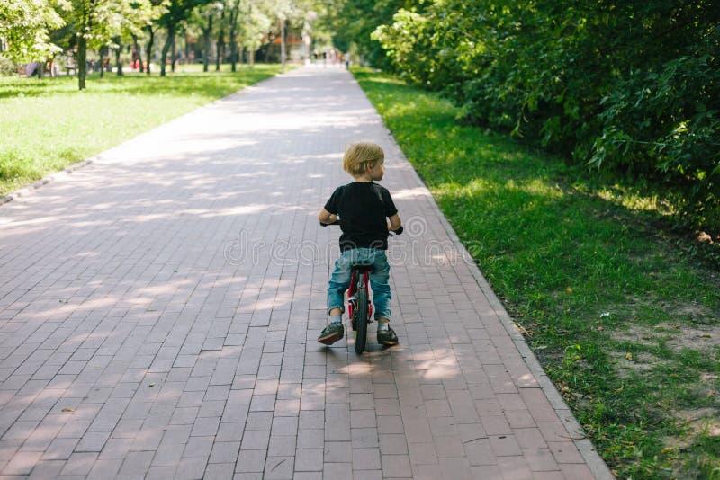 Enfant caucasien sur la bicyclette image stock