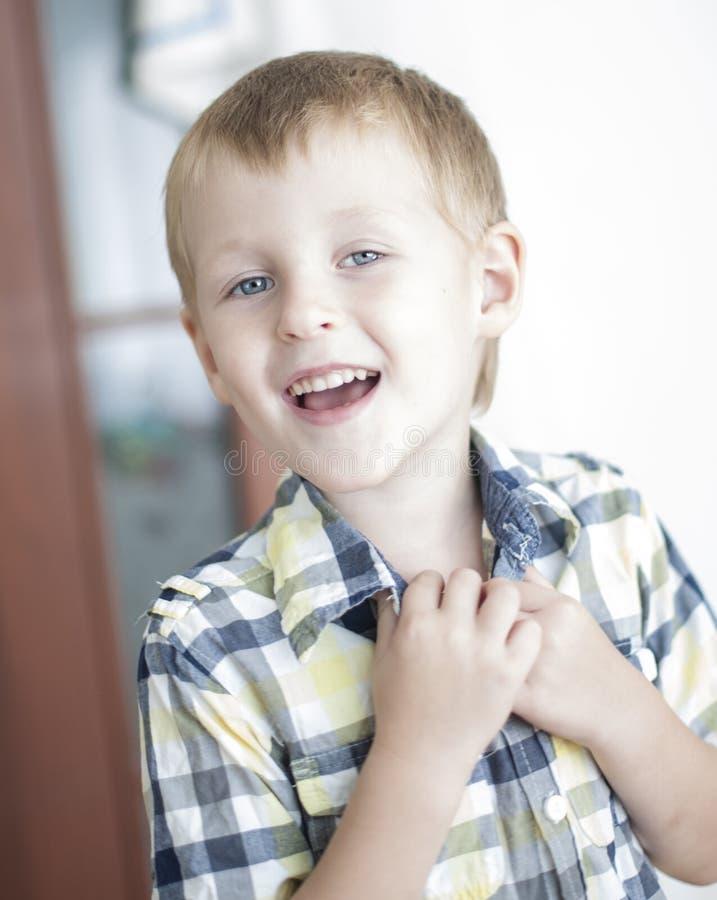 Enfant chanteur gai image stock