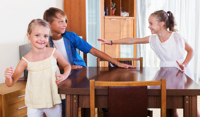 Enfant chassant d'autres enfants pour les étiqueter ou toucher images stock