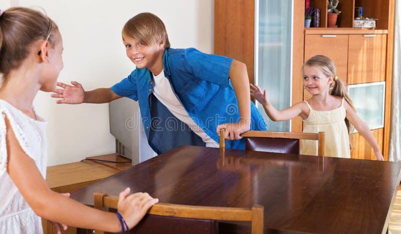 Enfant chassant d'autres enfants pour les étiqueter ou toucher photo stock