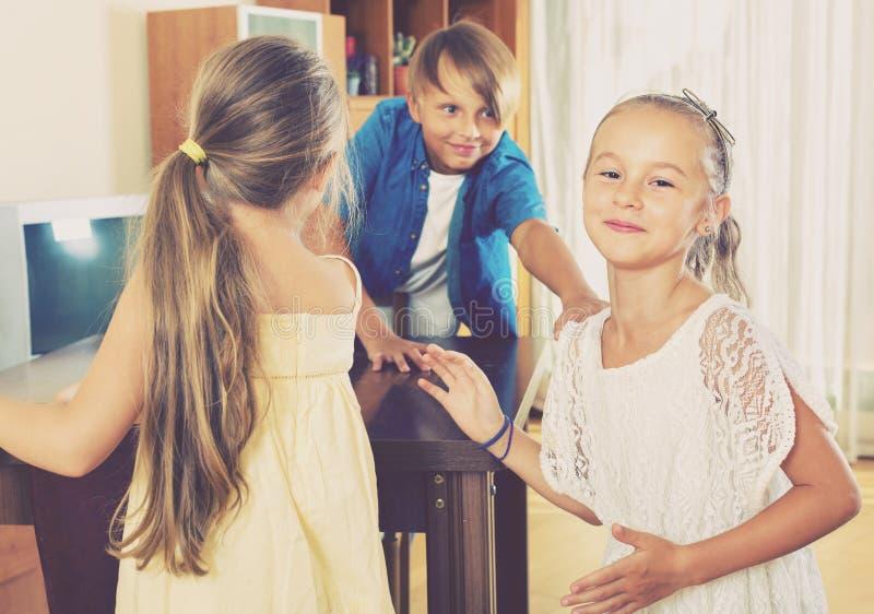 Enfant chassant d'autres enfants pour les étiqueter ou toucher photos libres de droits