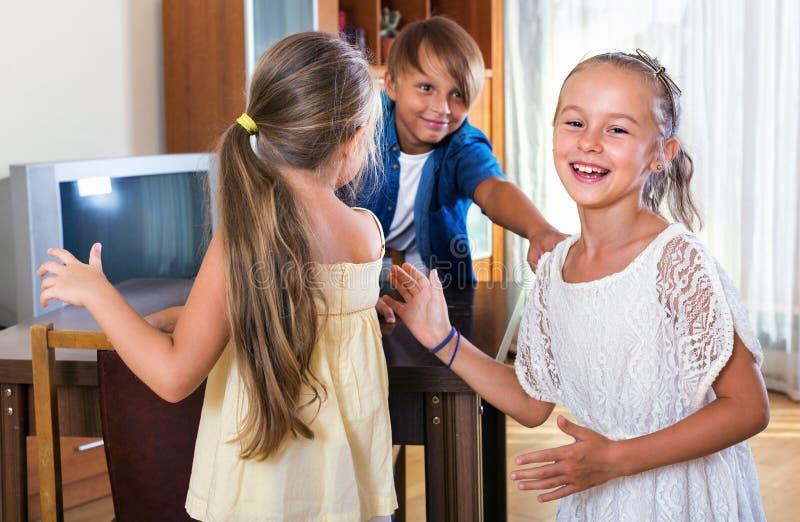 Enfant chassant d'autres enfants pour les étiqueter ou toucher photographie stock