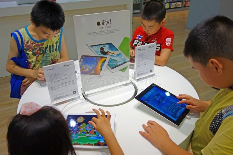 Enfant chinois jouant l'ipad image libre de droits