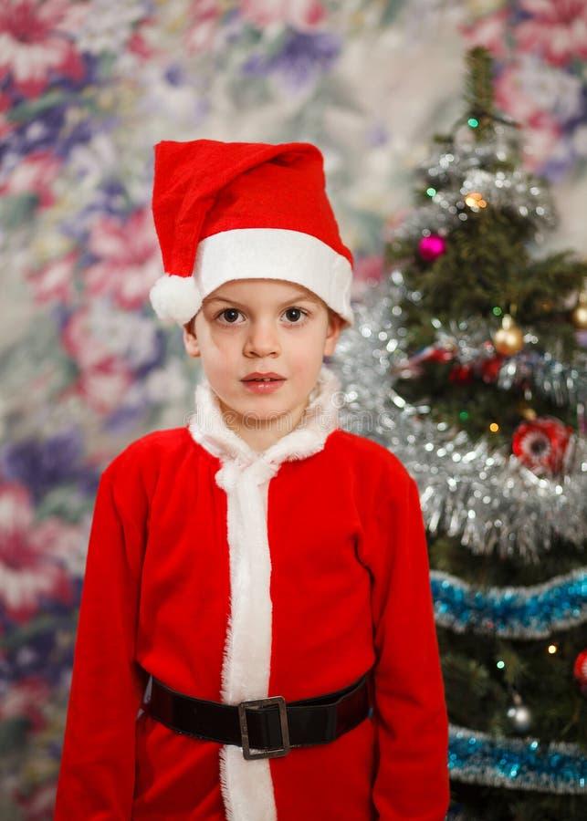 Enfant comme père noël décorant l'arbre de Noël Petit garçon de nouvelle année au jouet de décoration photos libres de droits