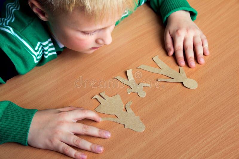 Enfant confus avec la famille de papier photographie stock
