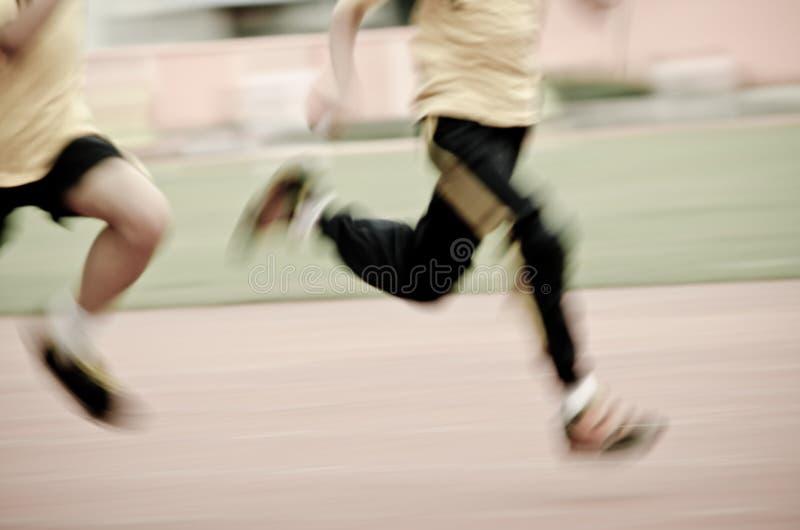Enfant courant sur la piste de sport photos libres de droits