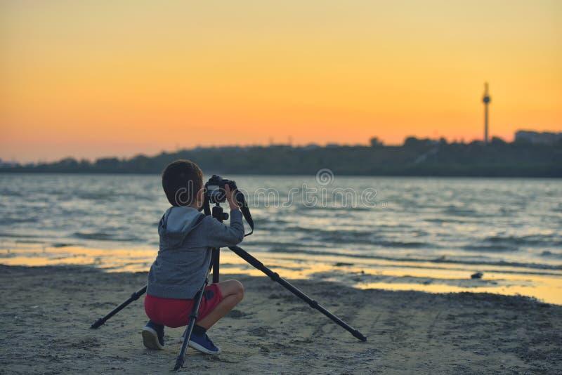 Enfant créatif, photographe d'enfant un petit garçon avec une caméra merci images libres de droits