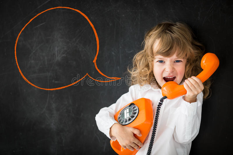 Enfant criant par le téléphone photo libre de droits