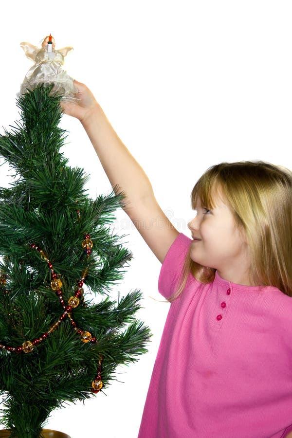Enfant décorant l'arbre de Noël. images libres de droits