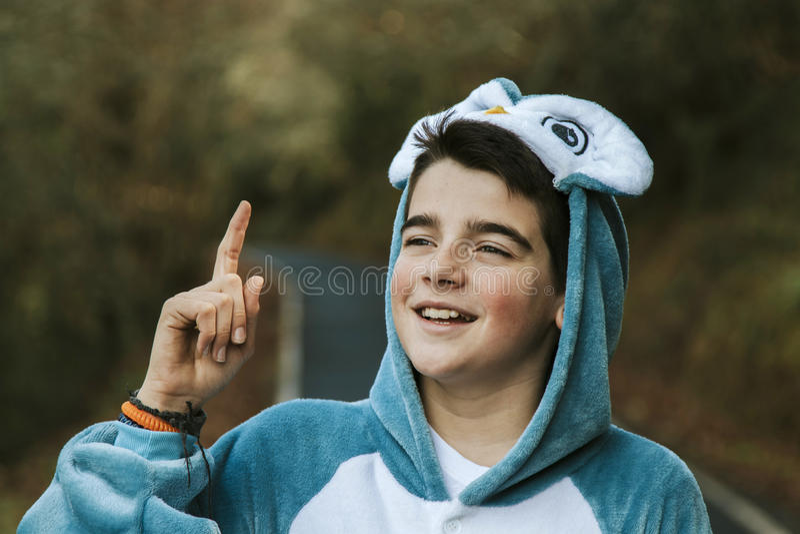 Enfant déguisé à extérieur photo stock