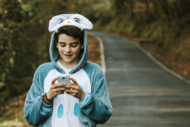 Enfant déguisé avec le mobile photographie stock