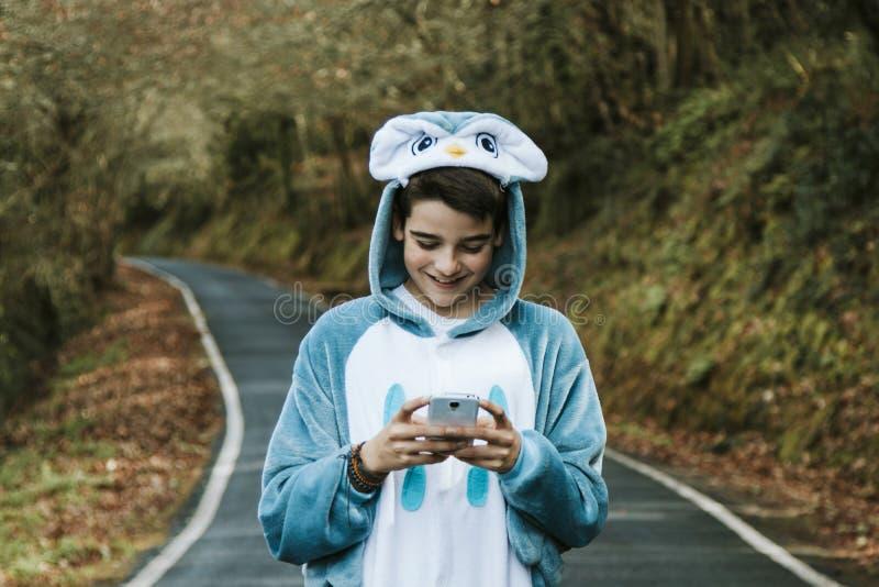 Enfant déguisé avec le mobile image stock