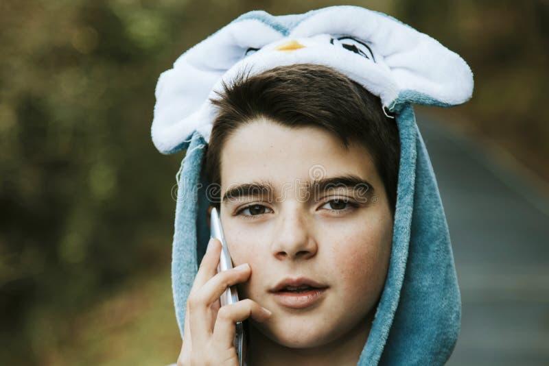 Enfant déguisé avec le mobile photos libres de droits