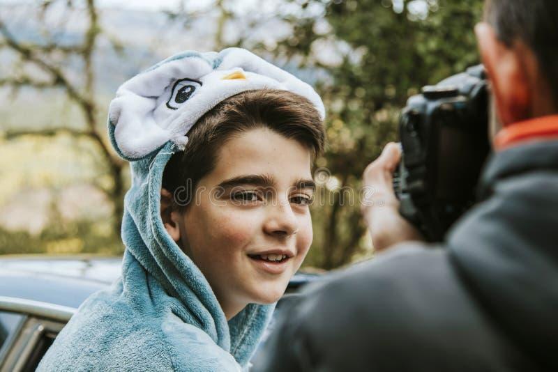 Enfant déguisé avec le photographe photo stock