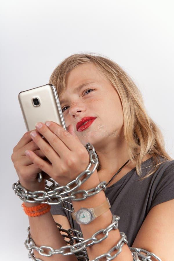 Enfant dépendant de Smartphone photographie stock