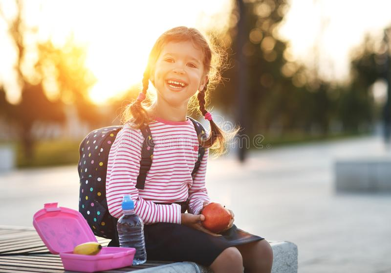 Enfant d'écolière mangeant des pommes de déjeuner à l'école photos libres de droits