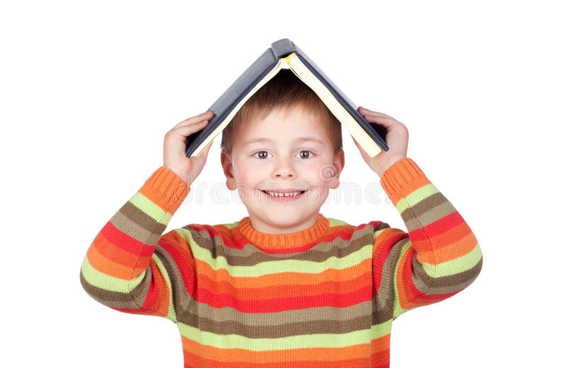 Enfant d'étudiant avec livres sur la tête image stock