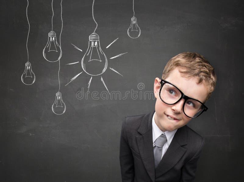 Enfant d'affaires ayant une idée image stock