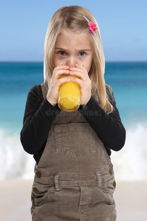 Enfant d'enfant de petite fille buvant le résumé de format de portrait de jus d'orange images stock