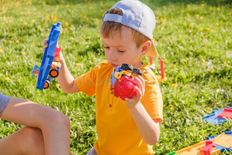 Enfant d'enfant de route de garçon de voiture Pelouse photo libre de droits