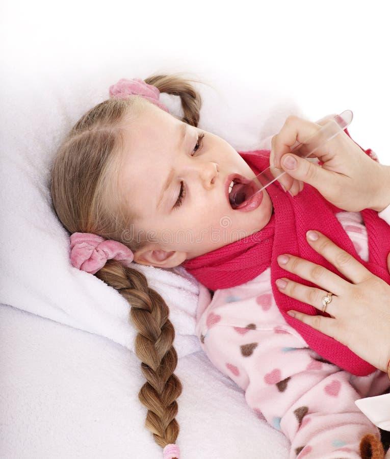 Enfant d'examens de docteur avec la gorge endolorie. photo stock