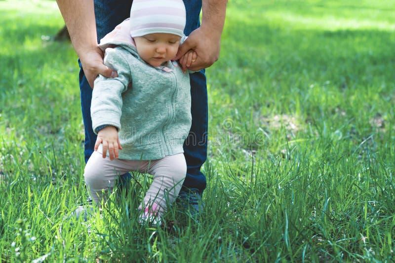 Enfant dans des bras du papa photos libres de droits