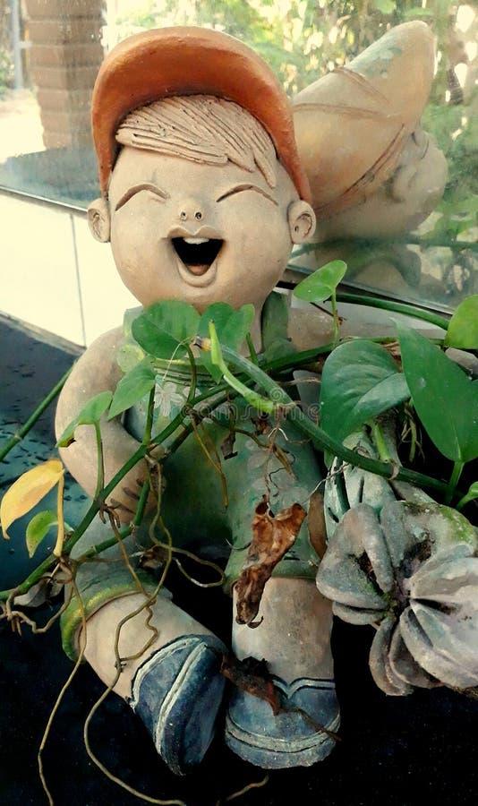 Enfant dans des feuilles image libre de droits