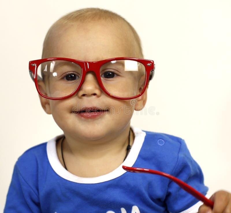 Enfant dans des rires en verre photos libres de droits