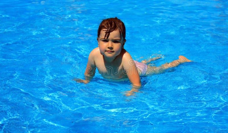 Enfant dans l'eau photo libre de droits