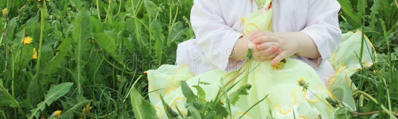 Enfant dans l'herbe avec une pomme dans des ses mains photos libres de droits