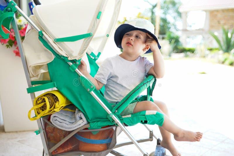 Enfant dans la balade de bébé photographie stock libre de droits