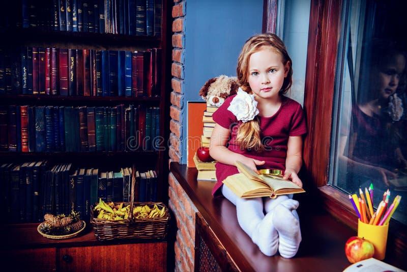 Enfant dans la bibliothèque à la maison photos libres de droits