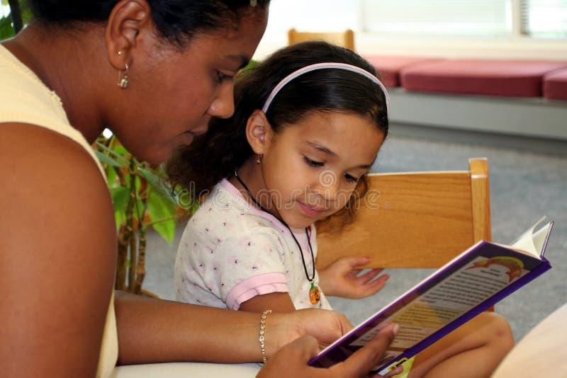 Enfant dans la bibliothèque photographie stock