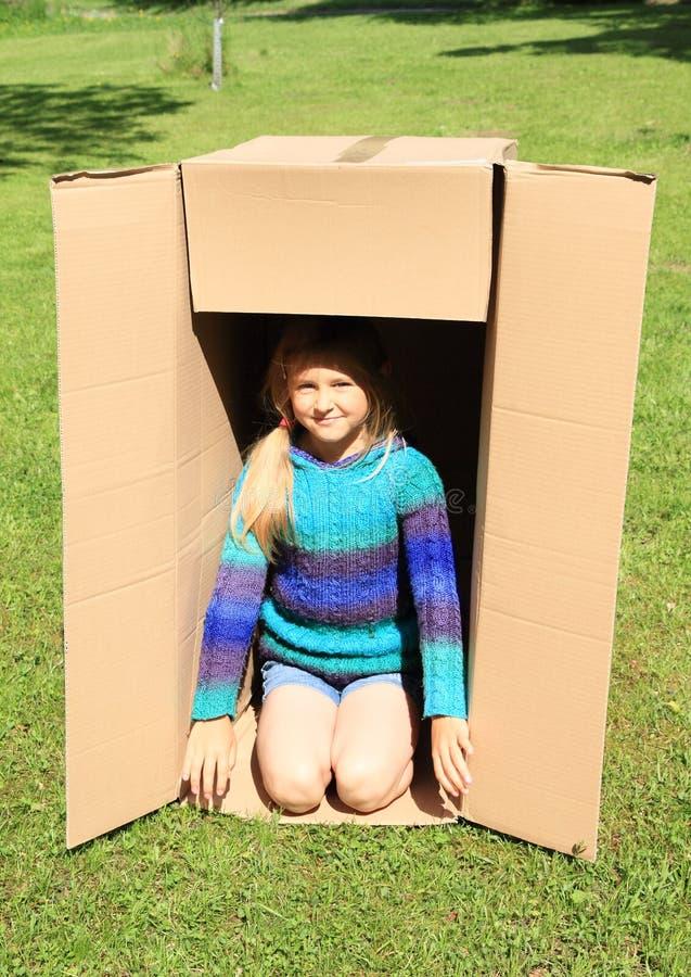 Enfant dans la boîte photo libre de droits