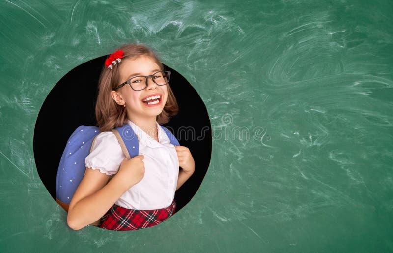 Enfant dans la classe sur le fond du tableau images libres de droits