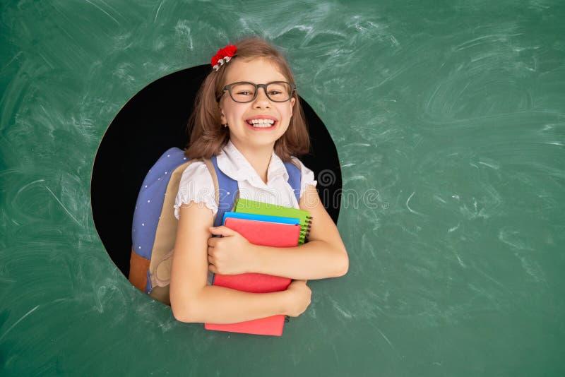 Enfant dans la classe sur le fond du tableau photo stock