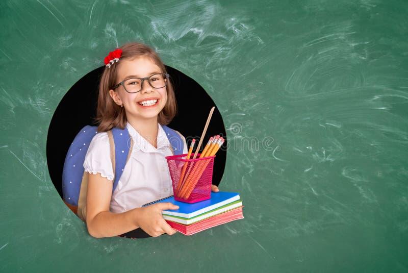 Enfant dans la classe sur le fond du tableau noir photo libre de droits