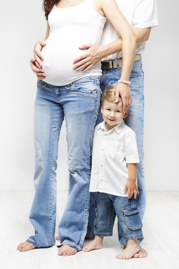 Enfant dans la famille, le père enceinte de mère et le fils heureux d'enfant photographie stock libre de droits