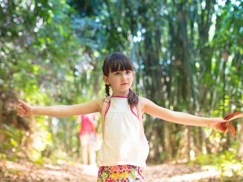 Enfant dans la jungle photographie stock libre de droits