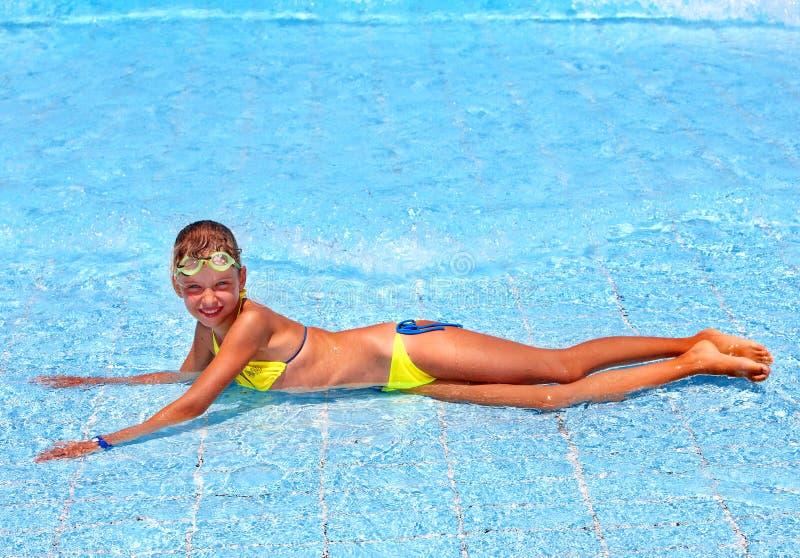 Enfant dans la piscine. photographie stock