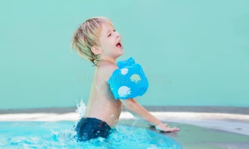 Enfant dans la piscine image libre de droits