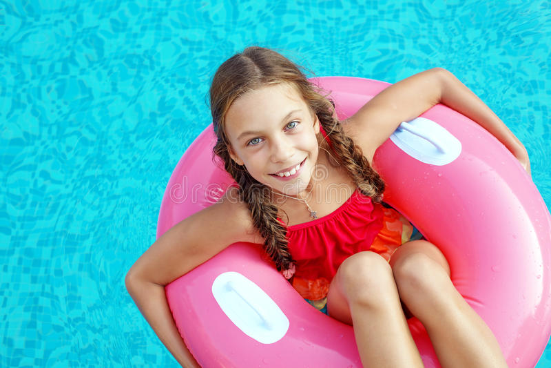 Enfant dans la piscine photographie stock libre de droits