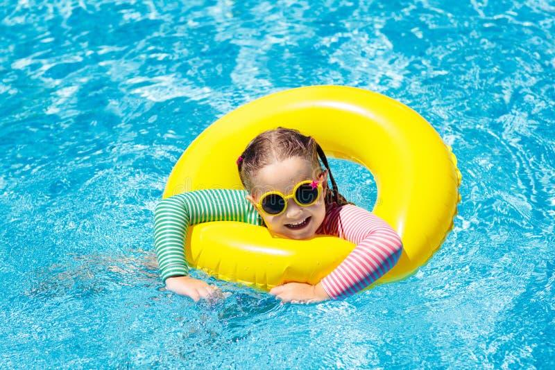 Enfant dans la piscine Bain d'enfants Jeu de l'eau photographie stock