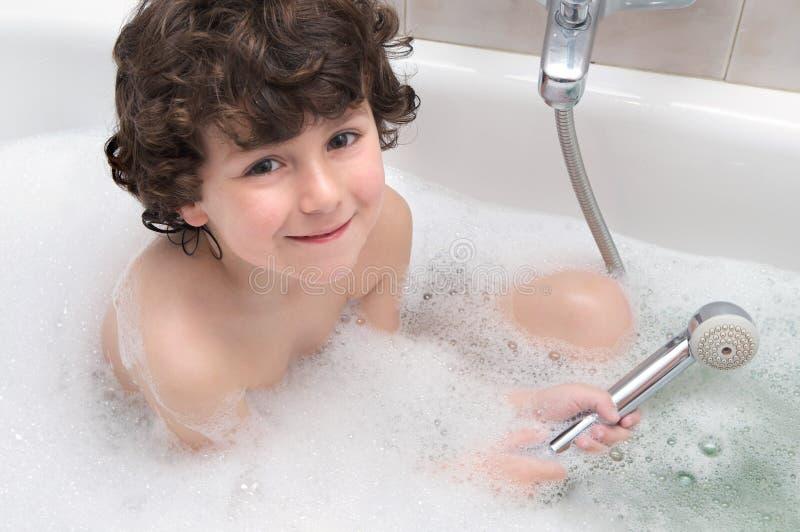 Enfant dans le bain images libres de droits